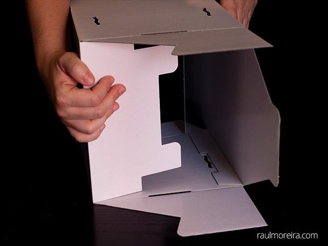 Montaje urna publicitaria en cartón. Aleta con dos salientes