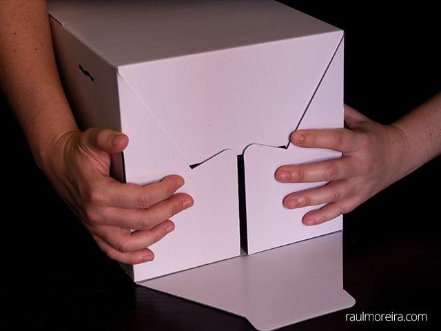 Montaje urna publicitaria en cartón. Dos aletas iguales.