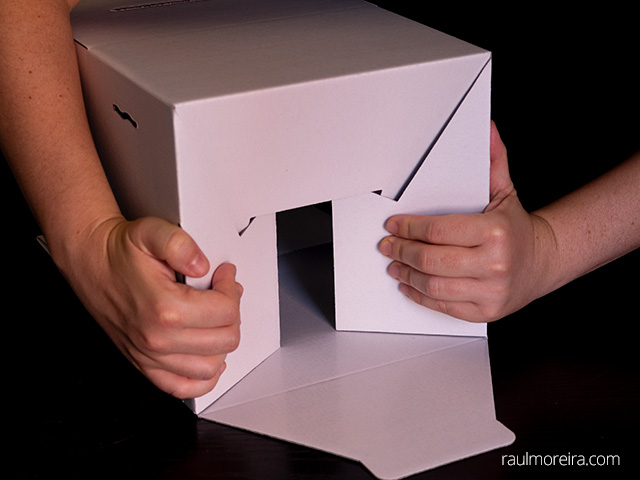 Montaje urna publicitaria en cartón. Dos aletas iguales encajan.