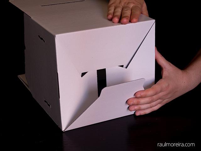 Montaje urna publicitaria en cartón. Cierre aleta un saliente