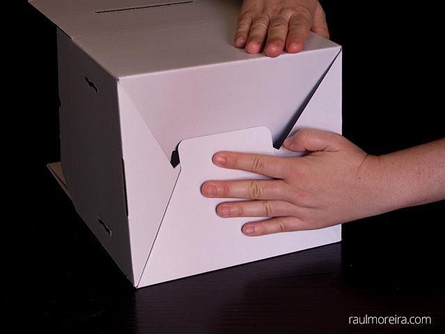Montaje urna publicitaria en cartón. Cierre parte inferior