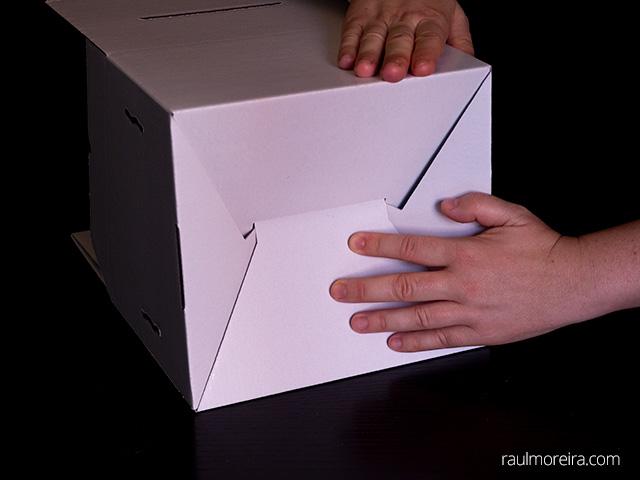 Montaje urna publicitaria en cartón. Encajar parte inferior