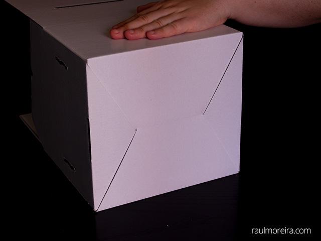 Montaje urna publicitaria en cartón. Empujar parte inferior