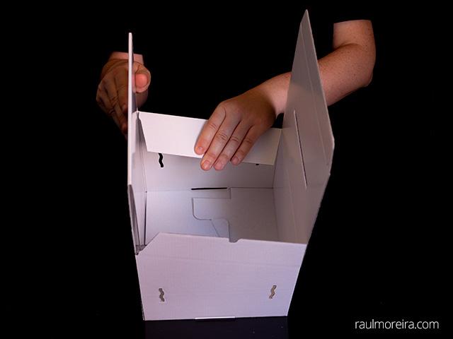 Montaje urna publicitaria en cartón. Aletas parte superior 2.