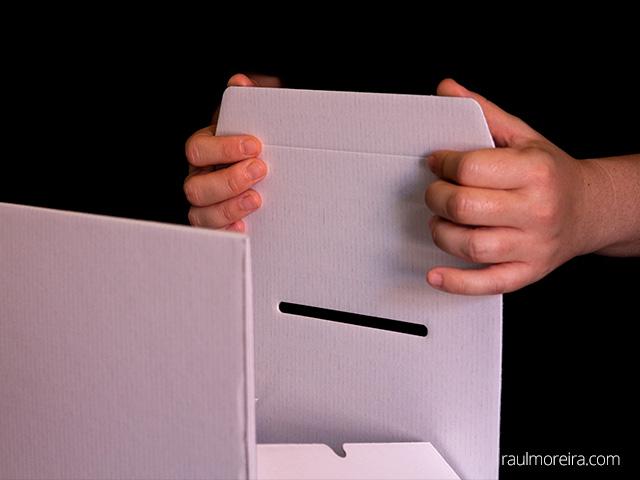 Montaje urna publicitaria en cartón. Aleta tapa 1.