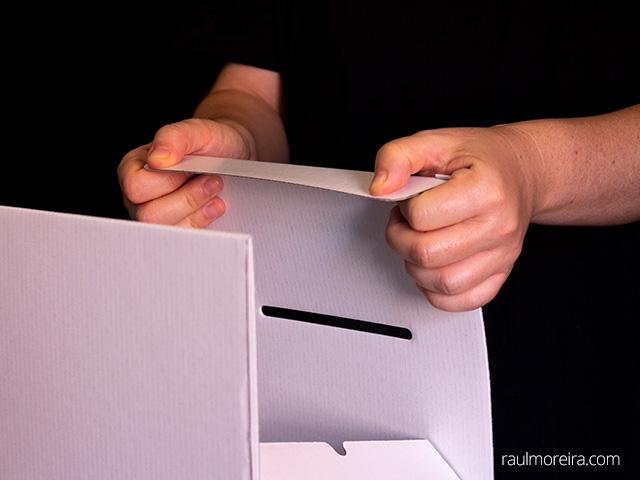 Montaje urna publicitaria en cartón. Aleta tapa 2.