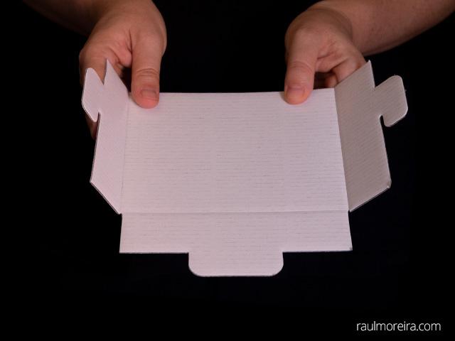 Montaje urna publicitaria en cartón. Porta folletos doblar aletas 1.