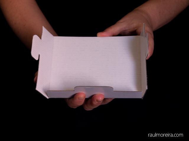 Montaje urna publicitaria en cartón. Porta folletos doblar aletas 2.