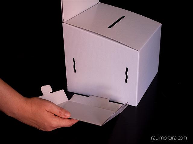 Montaje urna publicitaria en cartón. Porta folletos montaje en urna 1.