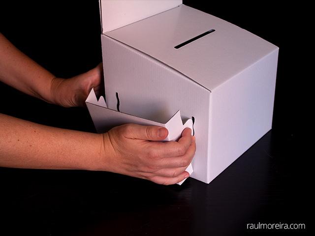 Montaje urna publicitaria en cartón. Porta folletos montaje en urna 2.