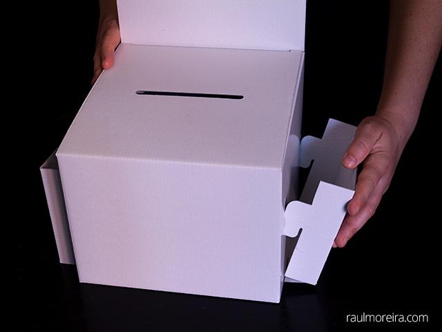 Montaje urna publicitaria en cartón. Porta folletos montaje en urna 4.