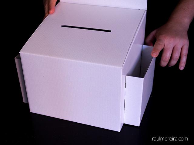 Montaje urna publicitaria en cartón. Porta folletos montaje en urna 5.