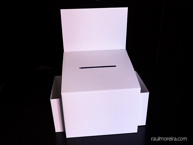 Aspecto de la urna publicitaria en cartón montada