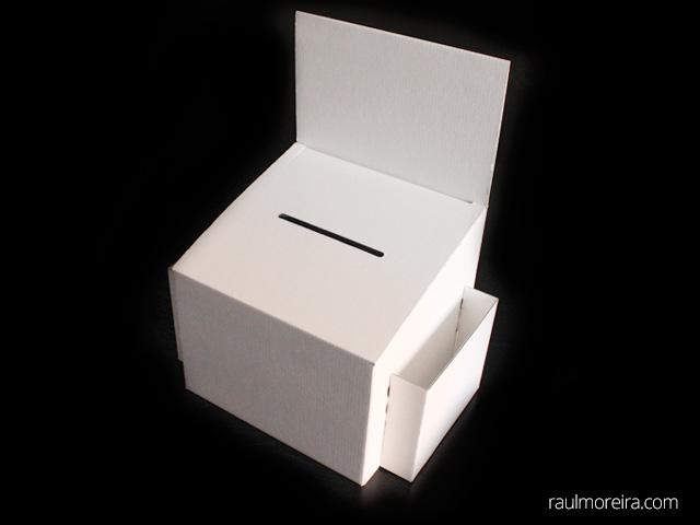 urnas de cartón para votación blancas